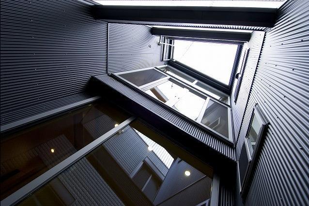 アウトドア事例:中庭からの見上げ(江戸川の家)