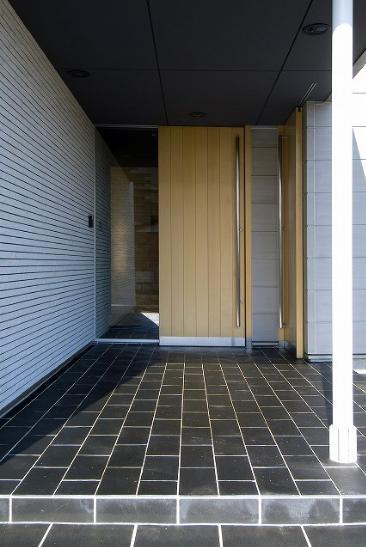鴻巣の家 (木を感じる引玄関のき戸)