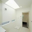 逆遠近法の家の写真 天窓のある洗面室、脱衣所