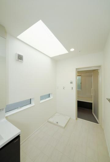 バス/トイレ事例:天窓のある洗面室、脱衣所(逆遠近法の家)