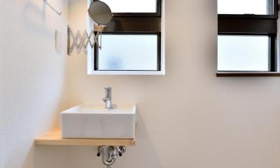築51年の1DKを土間と吊戸で区切るアクティブな空間づくり (採光性のある洗面スペース)