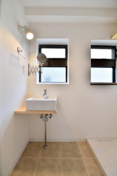 採光性のある洗面スペース (築51年の1DKを土間と吊戸で区切るアクティブな空間づくり)