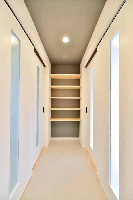 築51年の1DKを土間と吊戸で区切るアクティブな空間づくり (玄関から繋がる土間廊下スペース(吊戸を閉じた状態))