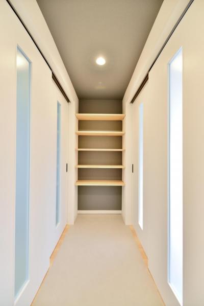 玄関から繋がる土間廊下スペース(吊戸を閉じた状態) (築51年の1DKを土間と吊戸で区切るアクティブな空間づくり)