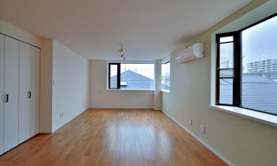 2室→1室の広々1LDKリノベーションでワイドキッチンを中心にする暮らし (採光性に溢れる広々LDK)