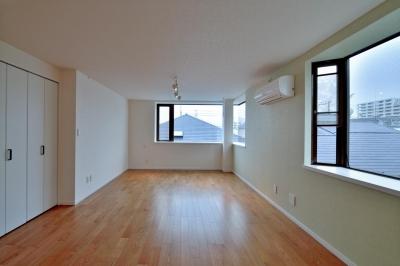 採光性に溢れる広々LDK (2室→1室の広々1LDKリノベーションでワイドキッチンを中心にする暮らし)