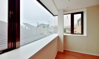 奥行きのある出窓スペース|2室→1室の広々1LDKリノベーションでワイドキッチンを中心にする暮らし