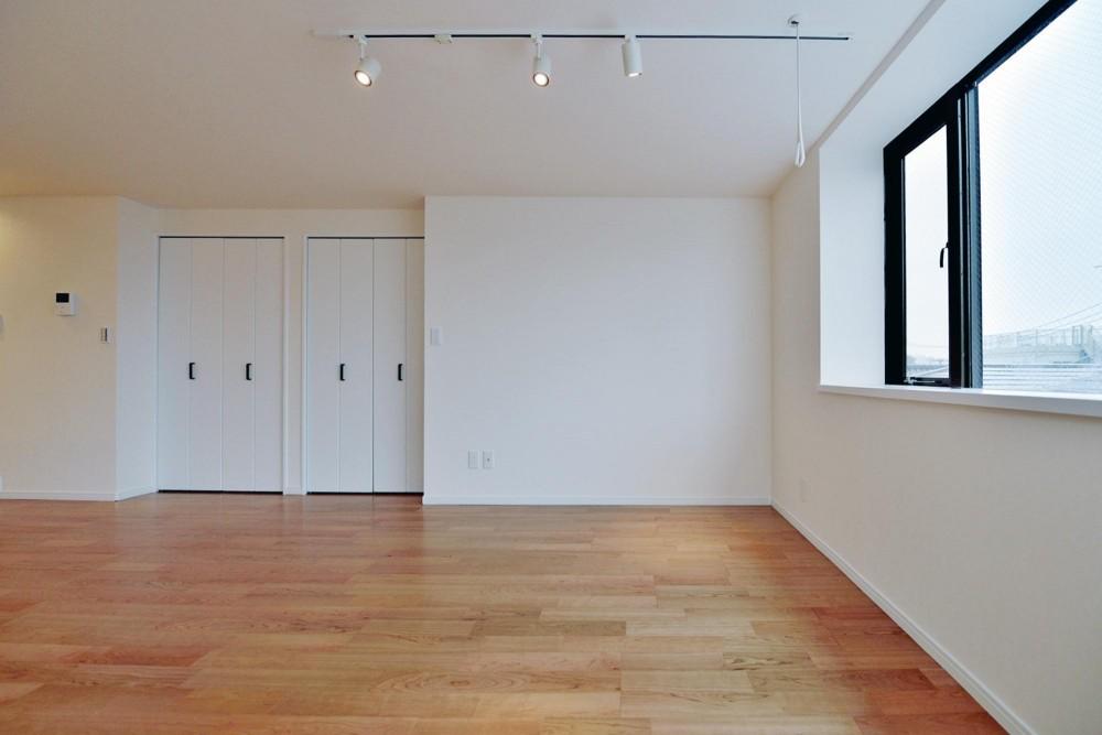 2室→1室の広々1LDKリノベーションでワイドキッチンを中心にする暮らし (スタジオのような広々スペース)