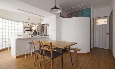 ガラスブロックのキッチン (ダイニングとキッチン)