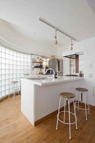 ガラスブロックのキッチン (対面式のキッチン)