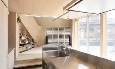 ザウゥス デッキで隣の家族とも繋がれる吹き抜けの家 (キッチン)