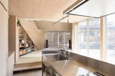 キッチン (ザウゥス デッキで隣の家族とも繋がれる吹き抜けの家)