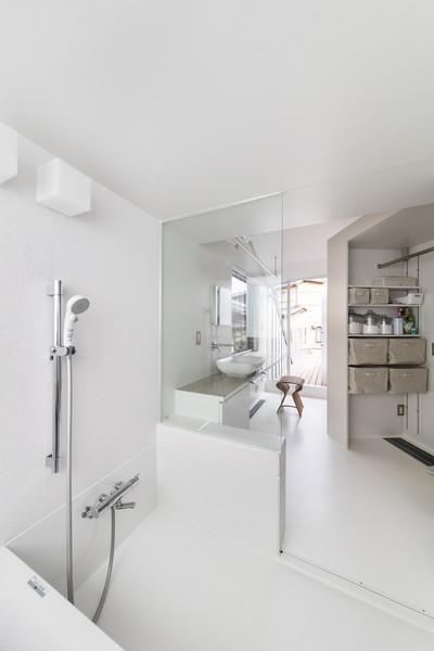 バスルーム (ザウゥス デッキで隣の家族とも繋がれる吹き抜けの家)