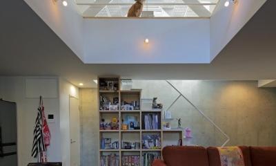 ツナ 機能部の回遊をリビングから見せる都心3層住宅。 (リビング)