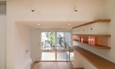 スキップの家 / 愛犬家住宅 (壁にあるシンプルな棚)
