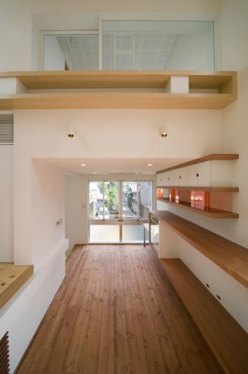 スキップの家 / 愛犬家住宅の部屋 壁にあるシンプルな棚