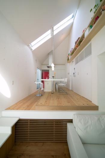 リビングダイニング事例:片流れ屋根のダイニングキッチン(スキップの家 / 愛犬家住宅)