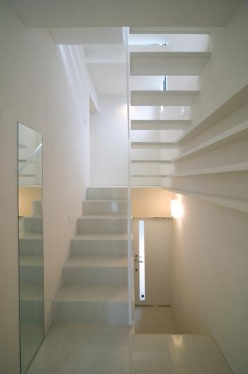 スキップの家 / 愛犬家住宅の部屋 真っ白な曲階段