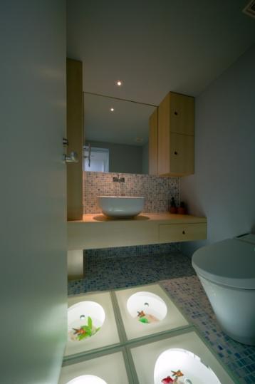 スキップの家 / 愛犬家住宅の部屋 床が個性的なタイル張りのトイレ
