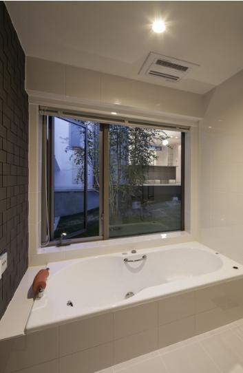 スロープの家 / 愛犬家住宅の部屋 中庭を望むバスルーム