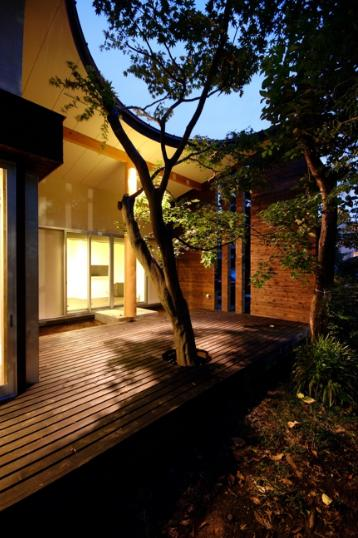 木漏れ日屋根の家の部屋 ウッドデッキテラスにあるシンボルツリーライトアップ