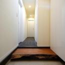 木漏れ日屋根の家の写真 シンプルな玄関