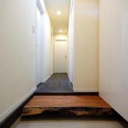 木漏れ日屋根の家 (シンプルな玄関)