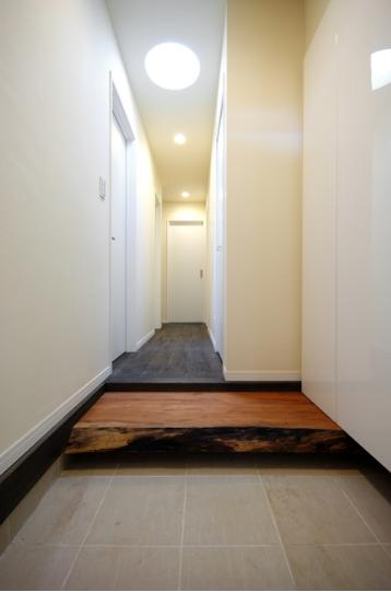 木漏れ日屋根の家の部屋 シンプルな玄関