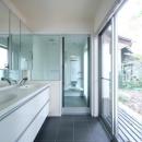 木漏れ日屋根の家の写真 明るいダブルボウルの洗面室とバスルーム
