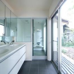 木漏れ日屋根の家 (明るいダブルボウルの洗面室とバスルーム)