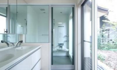 明るいダブルボウルの洗面室とバスルーム|木漏れ日屋根の家