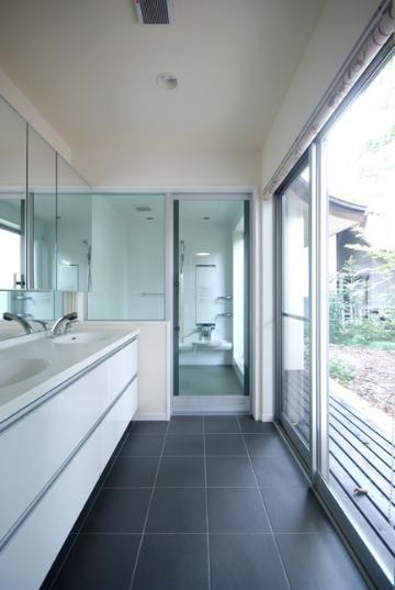 バス/トイレ事例:明るいダブルボウルの洗面室とバスルーム(木漏れ日屋根の家)