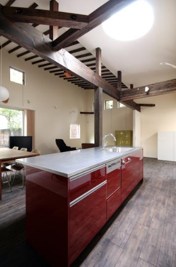 木漏れ日屋根の家の部屋 アクセントカラーのキッチン