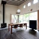 木漏れ日屋根の家の写真 暖炉のある空間