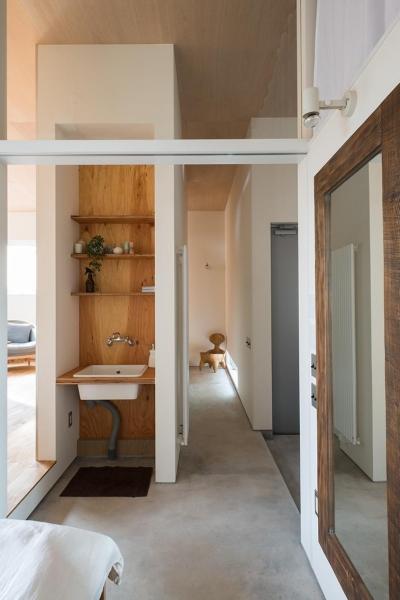 ナンゴのイエ (天井が高く開放感のある一階の廊下)