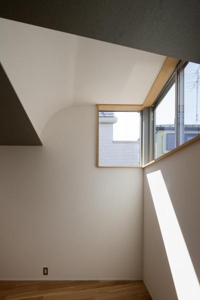 お花茶屋の住宅 (Rの天井から光が差し込む)