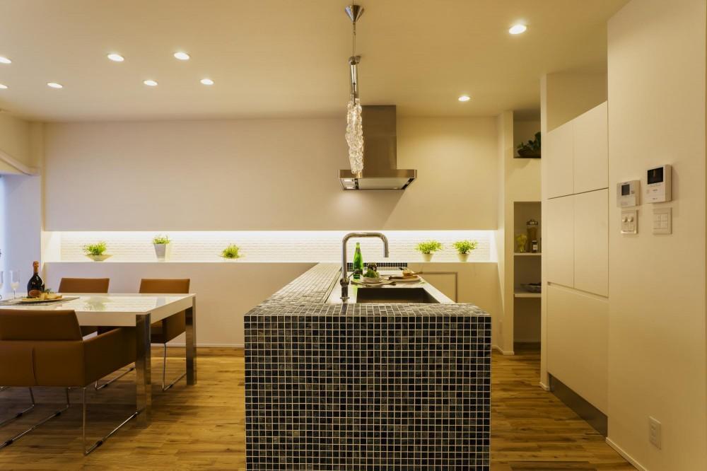 ガラス素材に囲まれたキラメキの家 (Dining&Kitchen)