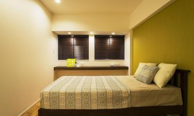 ガラス素材に囲まれたキラメキの家 (Bedroom)