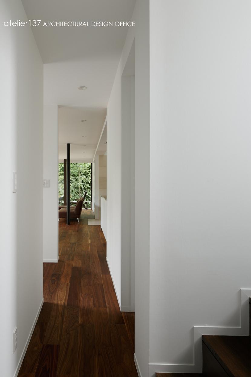 024軽井沢Hさんの家の写真 廊下からリビング / ダイニングを見る
