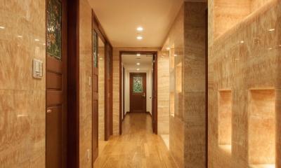 ステンドグラスを使った内装デザイン (大理石の廊下)