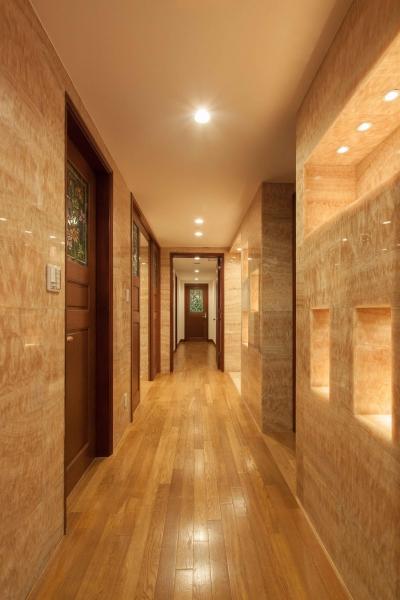 大理石の廊下 (ステンドグラスを使った内装デザイン)
