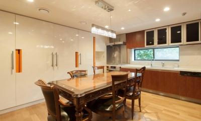 ステンドグラスを使った内装デザイン (おしゃれに収納たっぷりのダイニングキッチン)