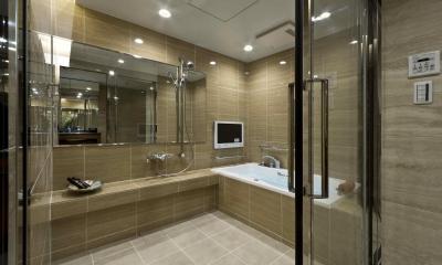 テレビのあるバスルーム|ステンドグラスを使った内装デザイン