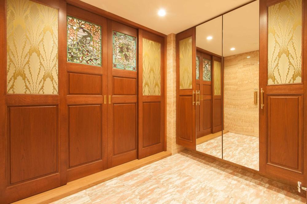 ステンドグラスを使った内装デザイン (ステンドグラスの扉でお迎えする玄関)