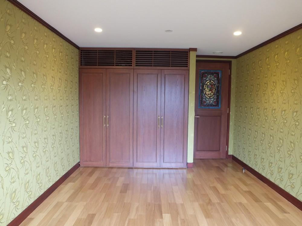 ステンドグラスを使った内装デザイン (シルククロスを貼った寝室)