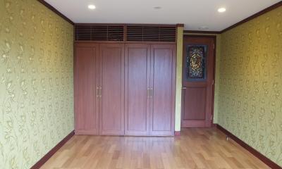 シルククロスを貼った寝室|ステンドグラスを使った内装デザイン