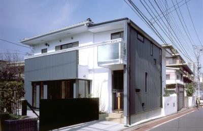 木造のスケルトンリフォーム|HT-house (白黒の対比が家の歴史でもある外観)