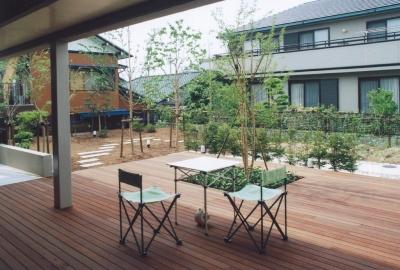 ピロティから庭に向かって広がるデッキ空間 (書庫&車庫の増築|北デッキの家)