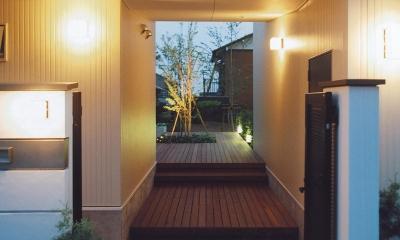 書庫&車庫の増築|北デッキの家 (ライトアップされたエントランス)