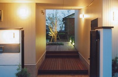 ライトアップされたエントランス (書庫&車庫の増築|北デッキの家)